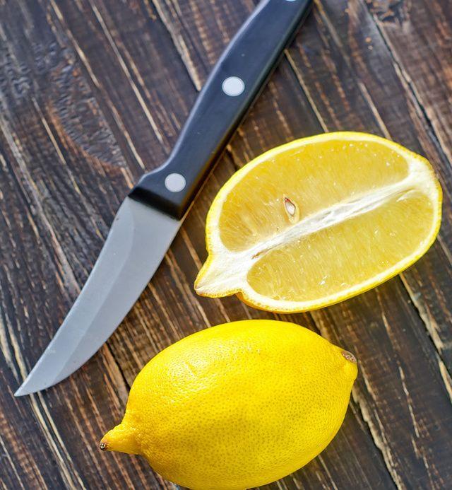 Citrón proti pachom  Vyskúšali ste už všetky triky na odstránenie zápachu z chladničky a stále nič nepomáha? Rozpoľte citrón, odstráňte z neho dužinu a do šupky nasypte soľ. Nový osviežovač položte do chladničky na tanierik a vaša chladnička bude voňať ako nová.