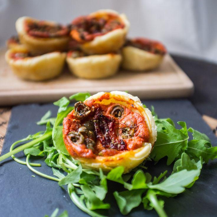 So einfach und so schnell auf dem Teller! Mediterrane Quiches sind nur eine Möglichkeit diese Mini Quichs zu füllen. Außerdem sind sie das perfekte Fingerfood.