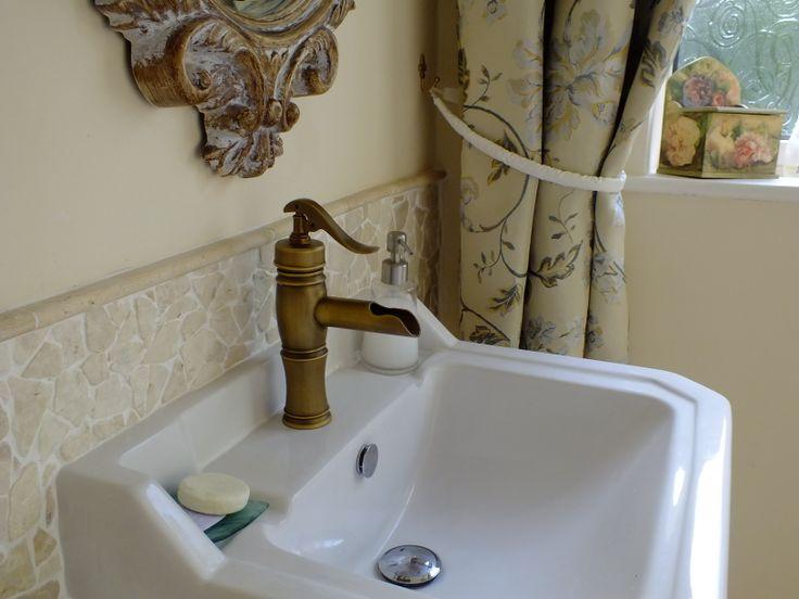 fürdőszobai részlet travertinmozaikkal és réz egykaros csapteleppel