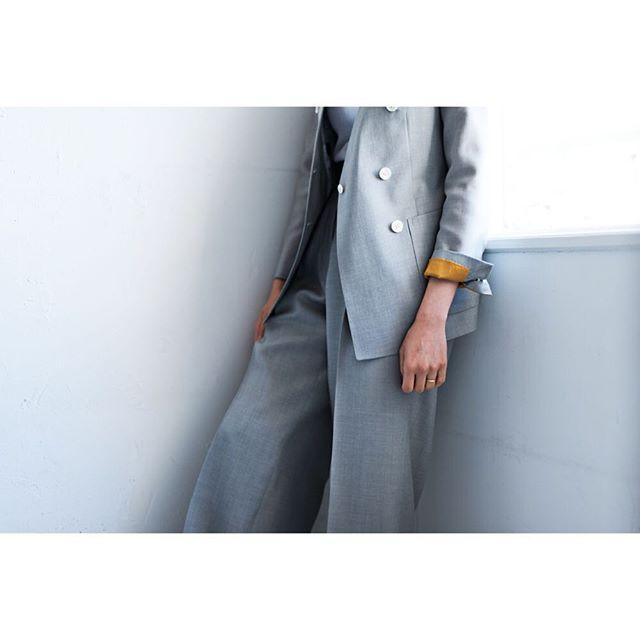 light grey suit.  for women.      #lifestyleorder#meguro#tokyo#andc#instagood#photooftheday#ordersuit#fashion#ordermade#bespoke#suit#jacket#linen#collarless#snap    #スナップ#レディーススーツ#スーツ女子#オーダースーツ#オーダーメイド#スーツ#目黒 #レディースファッション#ノーカラー#オーダーメイド#ノーカラースーツ