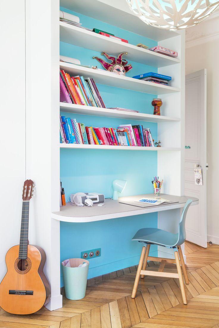 bureau avec tag re int gr es sur fond bleu d coration par coralie vasseur dans un appartement. Black Bedroom Furniture Sets. Home Design Ideas