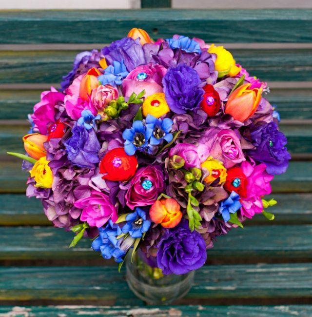 Tischdeko in Regenbogenfarben: Romantik pur und ein wahrer Blickfang
