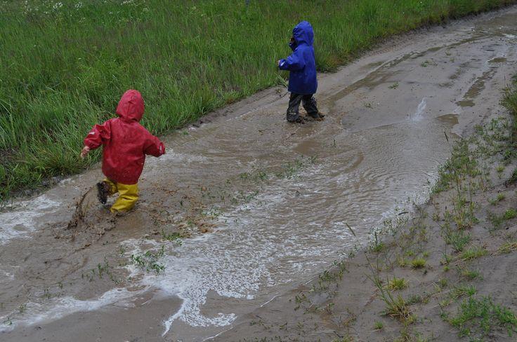 "Детский непромокаемый желтый полукомбинезон ТИМ http://timkid.ru/goods/Polukombinezon-TIM-Zheltyj Детская непромокаемая куртка ""Человечки"" красная http://timkid.ru/goods/Kurtka-TIM-Chelovechki-Krasnaya"