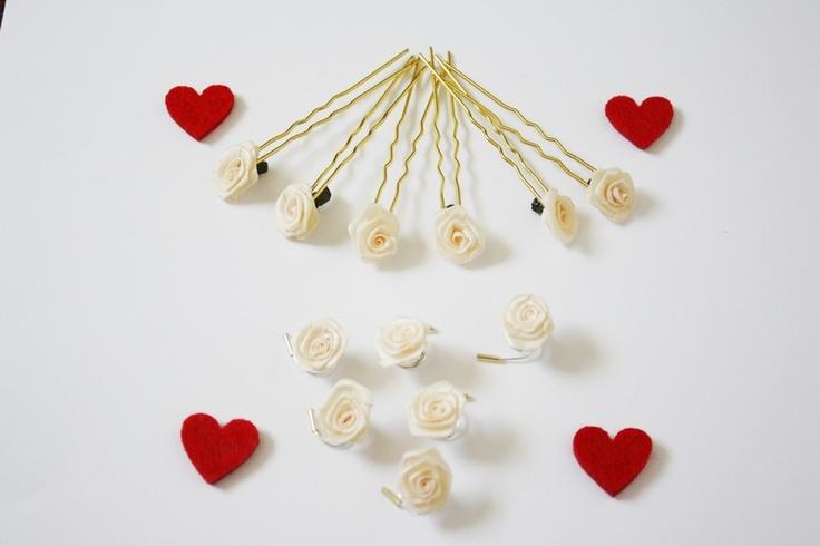 Offriamo un kit composto da:       6 forcine con rose e      6 spirali per capelli con rose  Rose diametro 15 mm  Rose Colore: Crema Forcin...