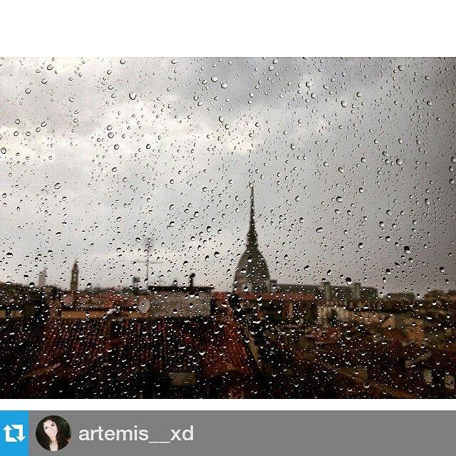 Foto di artemis__xd #inTO #mbtt1053 #torino #turin #turinheart  #loves_torino #ilovetorino #torinoèlamiacittà #rain #mole #moleantonelliana #drops #pioggia cittaditorino #piedmont #piemonte