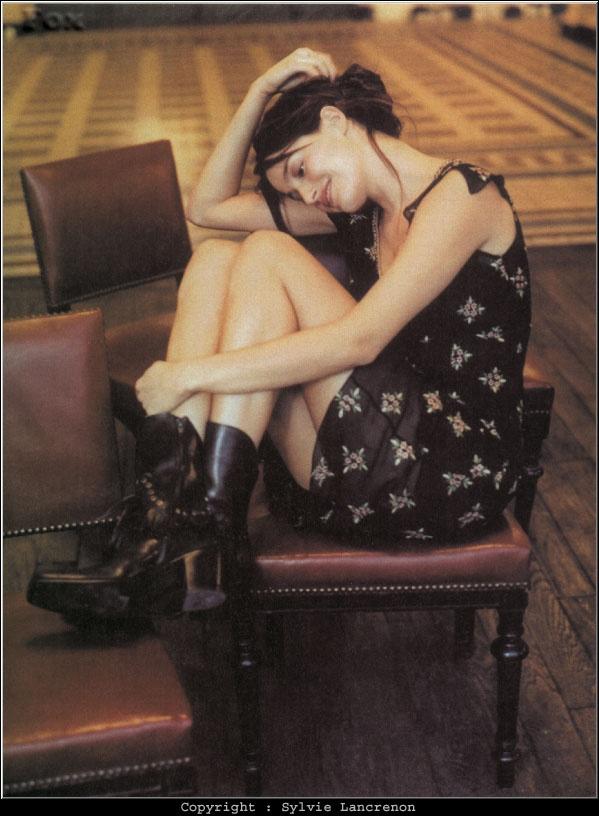 Marie Gillain. Bottes noir. Robe noire.