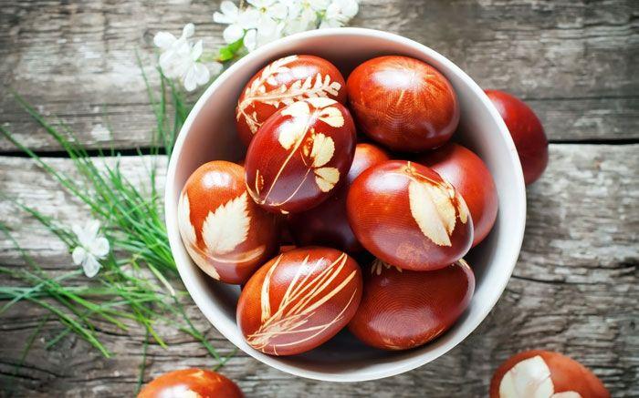 Ostereier marmorieren: Schöne Pflanzenmotive auf die Eier färben
