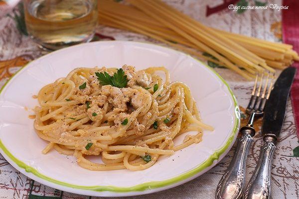 La carbonara di pesce è una variante del tradizionale piatto con cubetti di pesce spada e le immancabili uova sbattute per fare la cremina