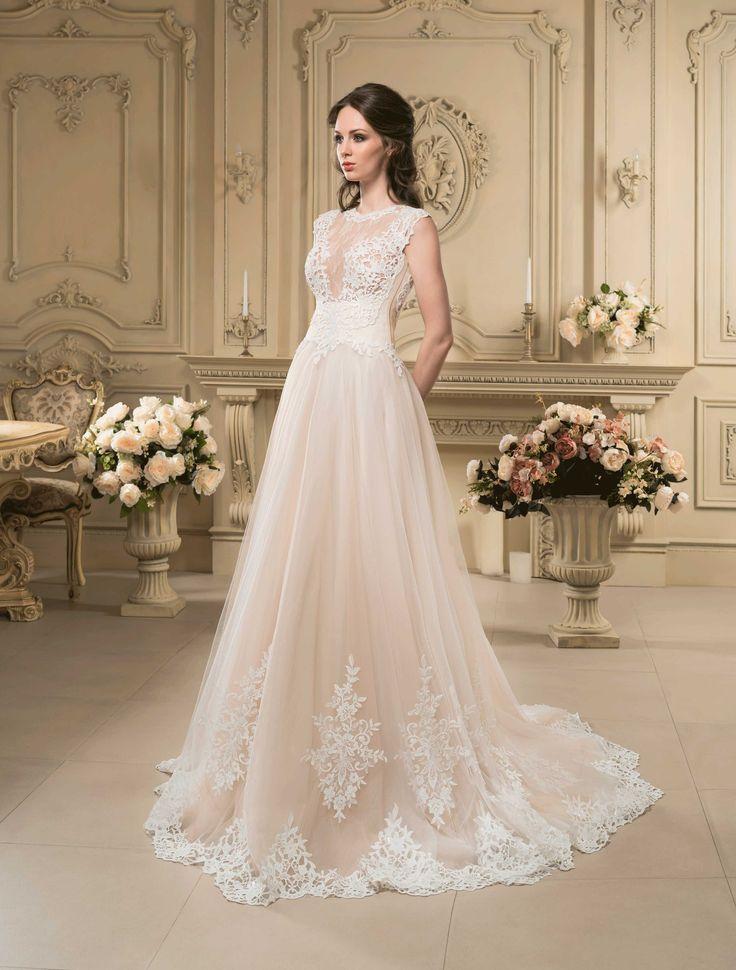 Nádherné svadobné šaty zdobené čipkou s dlhou vlečkou