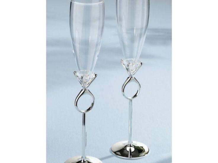 Aceste pahare de sampanie sunt ideale pentru orice ocazie. Fie ca sunt cadouri, accesorii de nunta sau accesorii pentru logodna ele se remarca prin design-ul spectaculos. Avand la baza un model ce imita un inel cu diamant, aceste pahare de sampanie sunt cu adevarat speciale!  Nu uita ca poti completa acest set de pahare cu setul de servire tort din aceeasi colectie si cu inelele pentru servete in forma de inel diamant! Ce cadou minunat!