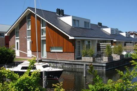 Waterpark de Meerparel - Lake Terrace  De verschillende accommodaties op Waterpark de MeerParel zijn allemaal comfortabel en gelijkwaardig ingericht. Zo behoren een wasmachine wasdroger en afwasmachine hier tot de standaard. Het 6-pers. beneden appartement (NL-4385) beschikt over een steiger met tuinmeubilair. terwijl het twee etage tellende boven appartement (6-pers. NL-4381 en 4-pers. NL-1911-11) beschikt over een balkon. Je kunt ook kiezen voor een 6-pers. woonark (NL-4382) waarbij de…