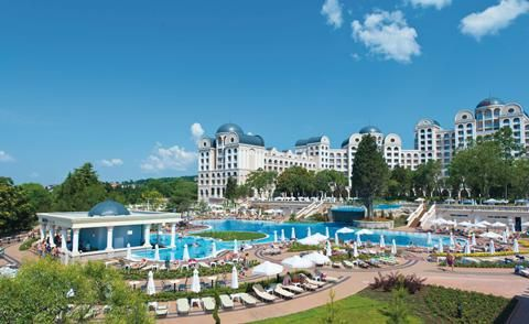 ClubHotel RIU Helios Paradise  RIU hotels staan altijd op bijzondere plekken. Daarbij krijg je elke avond een culinaire verrassing voorgeschoteld en het personeel staat altijd klaar. Kortom een luxe vakantie met klasse en kwaliteit tot in de details. Met deze gedachte als uitgangspunt heeft de bekende RIU keten een nieuw pareltje toegevoegd in Bulgarije. Dit splinternieuwe hotel heeft een absolute top locatie in Bulgarije. Grenzend aan het welbekende Zonnestrand in het uiterste noorden van…