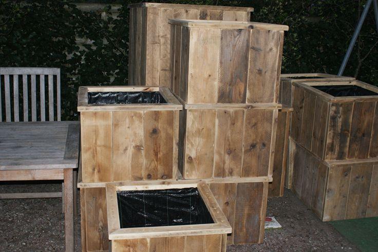 bloembak gemaakt van oud steigerhout. De meubels worden gemaakt door steigerhoutfryslan/friesland. Kwaliteit staat bij ons hoog in het vaandel! U kunt bij ons kiezen uit div kleuren. Voorzien  van een matte coatinglaag. Goed afneembaar kring en vlekvrij.