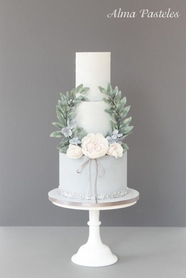 French vintage styled wedding cake by Alma Pasteles