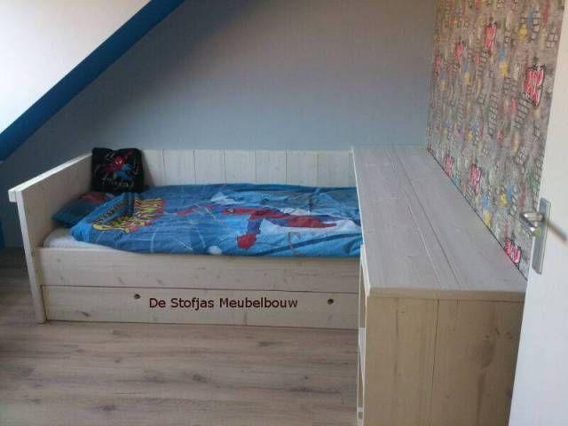 Onder Dit Bureau Bed Van Steigerhout Zijn Twee Lades Op Wieltjes