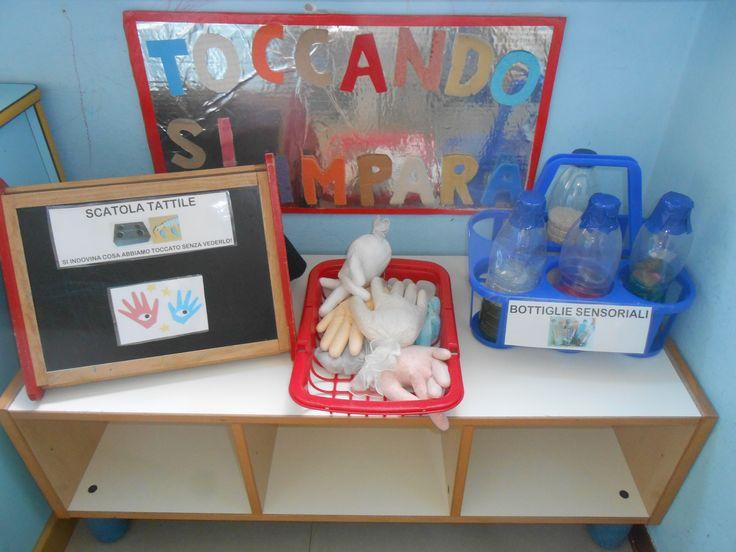 sez 3 anni, angolo scientifico: scatola tatile, bottiglie sensoriali, guanti riempiti con materiali vari