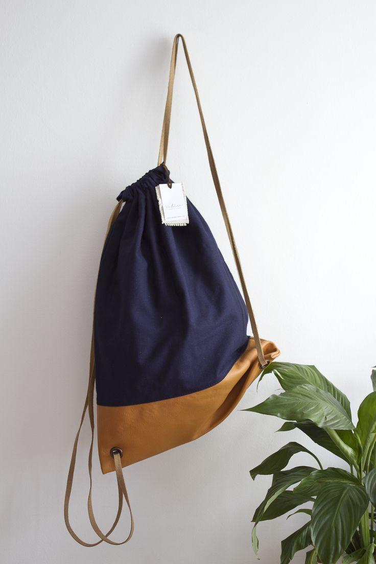 Valise piel & azul marino con asas en piel camel. #bagpack #barcelona #valisebags #valisebarcelona
