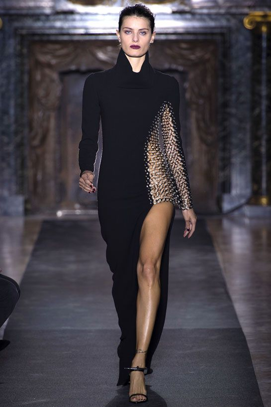 Anthony Vaccarello automne hiver 2013-2014 http://www.vogue.fr/mode/cover-girls/diaporama/isabeli-fontana-looks-defiles-vogue-paris-avril-2013/4970/image/739389
