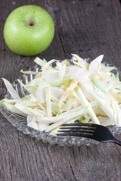 KNAPPERIGE WITLOFSALADE  Super knapperige witlofsalade met groene appel en een romige dressing. Perfect bijgerecht bij elk soort vlees of vis. Klaar in 10 minuten.  Recept onder de knop BRON