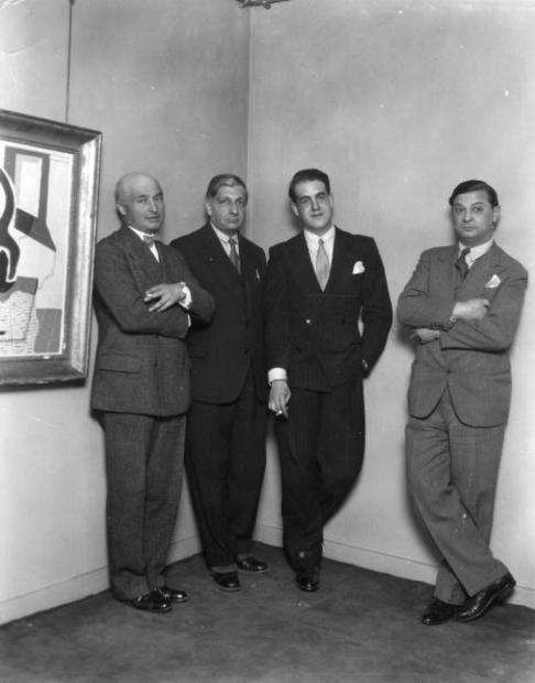 Maggio 1929: Louis Marcoussis, Giorgio de Chirico (secondo da sinistra), Maurice Sachs e Moise Kisling fotografati a Londra