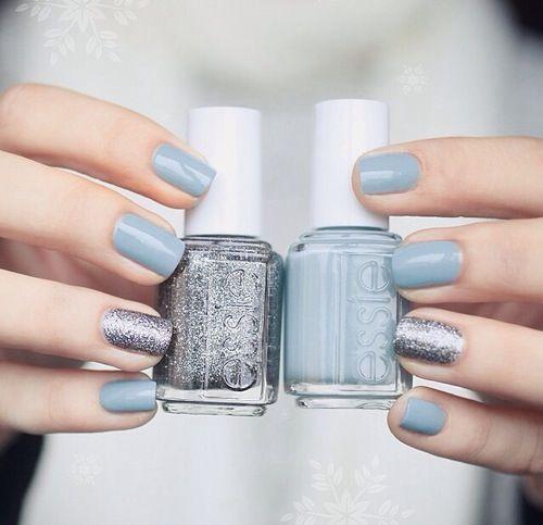 Uñas en azul grisáceo, dos de ellas adornadas con brillos plateados - Uñas Pasión