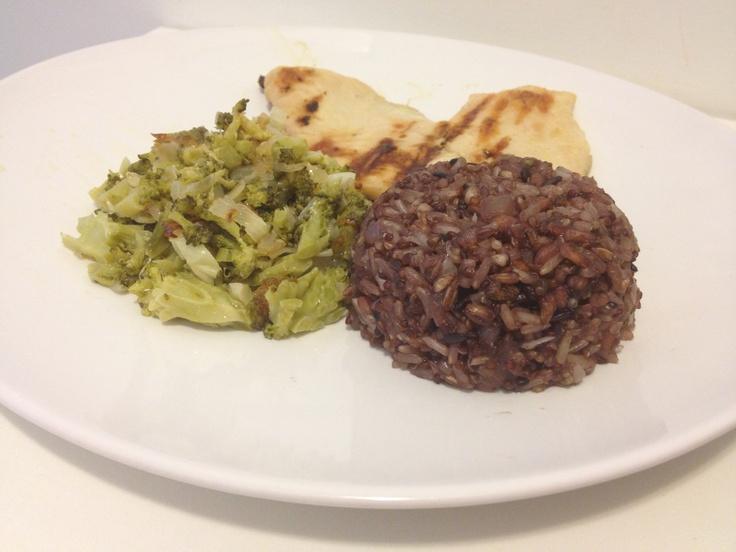 Brócolis, arroz sete grãos com quinua orgânica e frango grelhado.