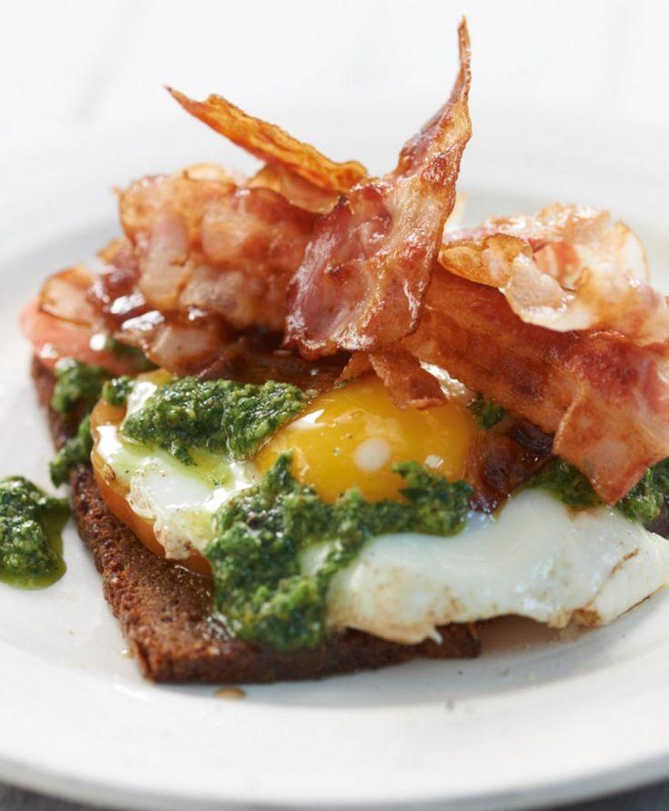 Mit knusprig gebratenem Bacon und würziger Salsa verde - die De-luxe-Version vom Abendbrot-Klassiker.