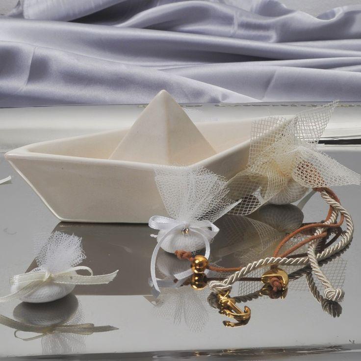 Μπομπονιέρα κεραμική βάρκα με διπλό κορδόνι με επίχρυσα στοιχεία στο τελείωμα και 1 κουφέτο Χατζηγιαννάκη. Η τιμή είναι ενδεικτική και καθορίζεται από την ποσότητα.
