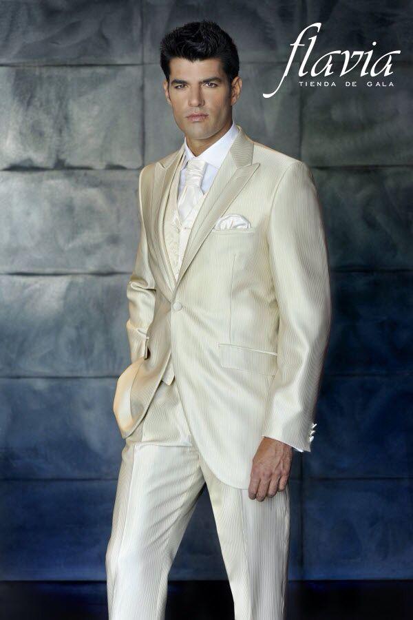 Este traje de novio te hará lucir maravillo con su tono perla , tu prometida  quedará encantada