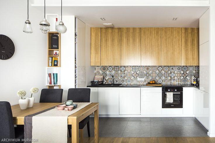 Głównymi założeniami projektu mieszkania było uzyskanie nowoczesnego i jasnego wnętrza z wykorzystaniem koloru białego i szarego w połączeniu z jasnym drewnem.