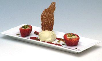 Gebakken aardbeien met zwarte peper en pistache-ijs, nog lekkerder met zelfgemaakt ijs.