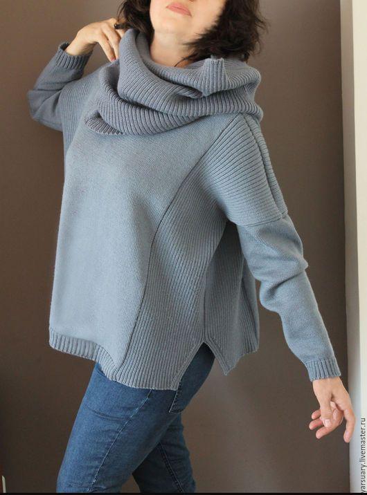Джемпер оверсайз машинного вязания из мягкой мериносовой пряжи. В джемпере заниженное плечо и длинные рукава,круглый вырез горловины и модный свободный силуэт.Связан рельефным и ровным полотном