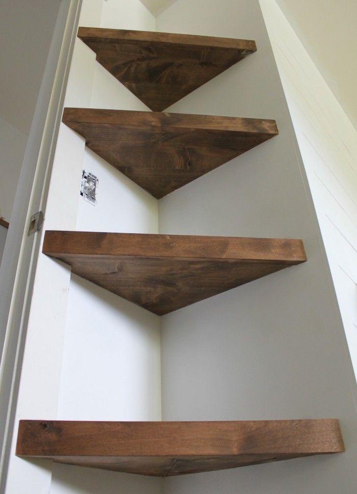 des tablettes marrons en bois dans l angle de la porte de la chambre