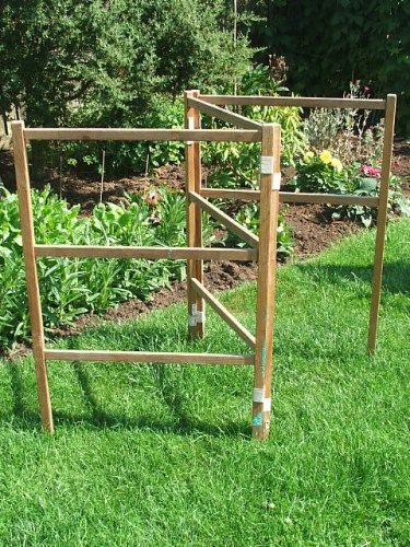 Wooden clothes horse/arier in good vintage condition, there are three panels each measuring approx 34 x 24