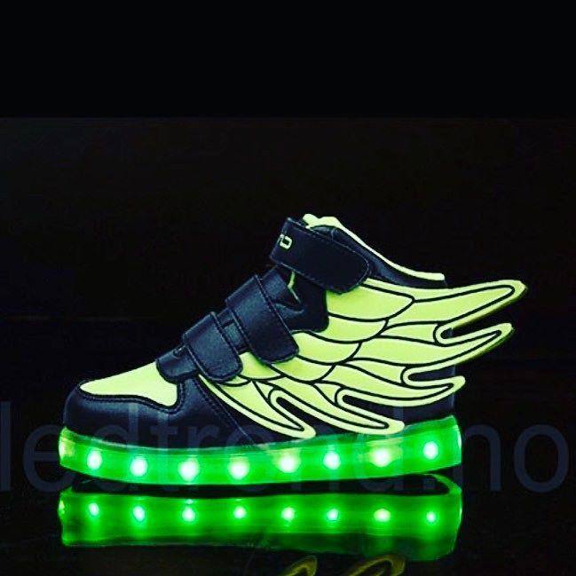"""Dragonfly """"flash""""... Du etterlater deg bare en grønn pil når du begynner å løpe med disse  #ledtrend #barnemote #julegavetips #barnegave #gavetips #sko #barnesko #guttesko #mote #skomote #tilhan  #jentesko #jentemote #grønn #grønnesko #løpesko #hurtighet #barnemoro #dragonfly #skonyheter #ledsquad #dans #dansetime #danseløve #dansesko"""