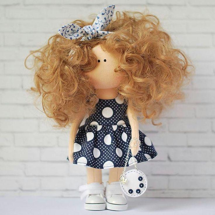 """Друзья, не забываем ставить лайки❤ Мастер @lart.crafts Легкая, игривая, кудрявая и такая летняя! Куколка станет отличным подарком как для маленькой, так и для уже взрослой девочки, украсит интерьер детской или комнату любимой девушки. Куколка игровая: ручки, ножки, голова двигаются, одежда снимается, волосы можно расчесывать и укладывать. Сумочка снимается. Топ с летним принятом для завершения летнего образа в комплекте) Рост куколки 25 см. Сшита из кукольного трикотажа """"Белый Ангел""""…"""