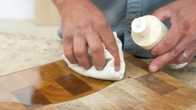VIDÉO- Outil indispensable en cuisine, la planche à découper fait souvent partie intégrante de la déco de cette pièce.