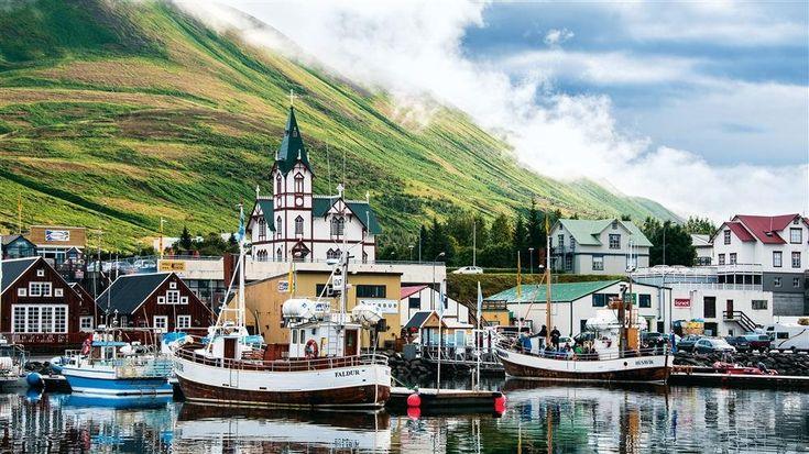 ISLANDIA  De arriba abajo, casas tradicionales con techo de turba en el museo de Pjodveldisbaer; colonia de frailecillos cerca de Vík; y el puerto de Húsavík, del que parten las embarcaciones para avistar ballenas.