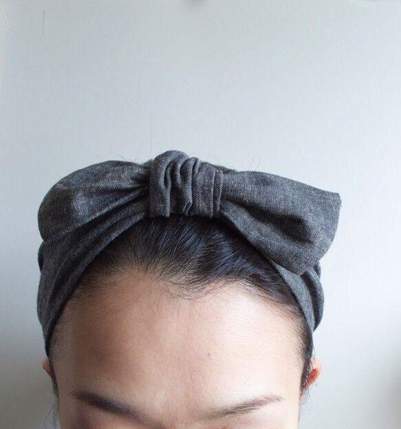 柔らかく肌触りのよい綿麻のダンガリー生地を使用したヘアバンドです。後ろの部分は黒のリネン100%の生地を使用しております。中央のリボン部分は取り外しが出来るの...|ハンドメイド、手作り、手仕事品の通販・販売・購入ならCreema。