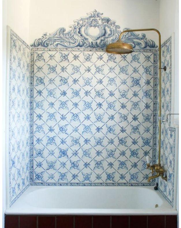 Zona de bañera vintage, porcelana portuguesa • Fabulous tub enclosure done with Portuguese patterned tile.