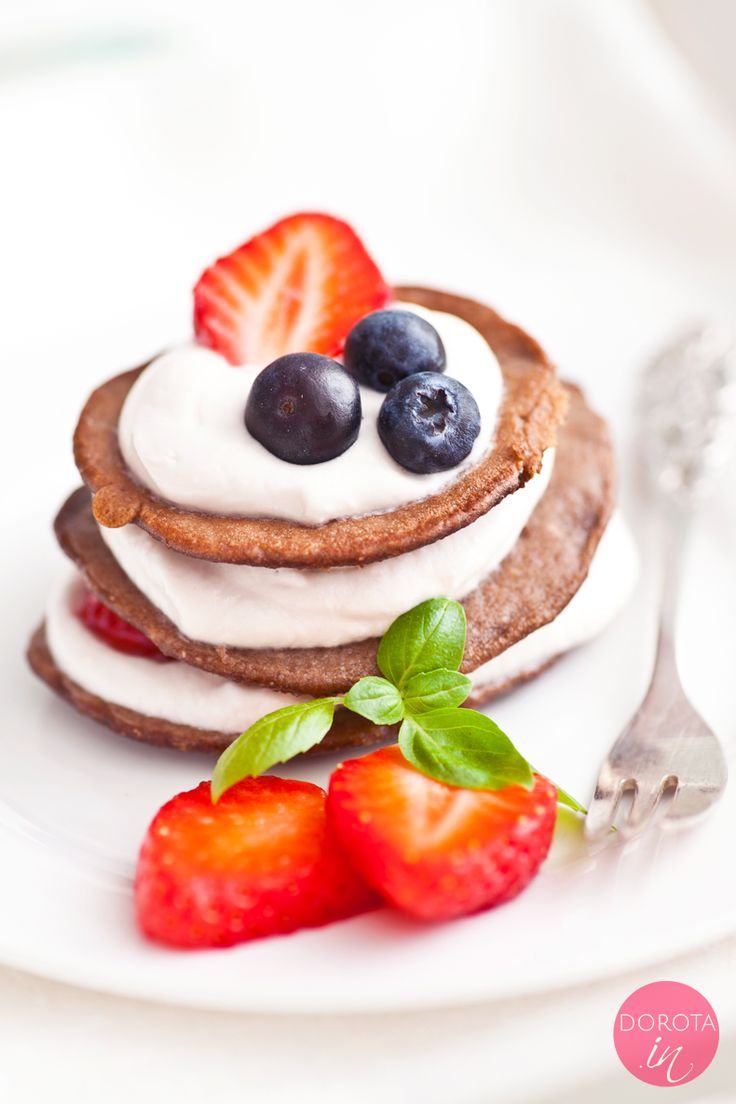 Torciki naleśnikowe, a właściwie naleśniki czekoladowe ułożone w słupki, przekładane kremem jogurtowym i owocami czyli pyszny deser fit lub rewelacyjne śniadanie.  http://dorota.in/torciki-nalesnikowe/  #food #kuchnia #przepis #nalesniki #pancakes #deser #sniadanie