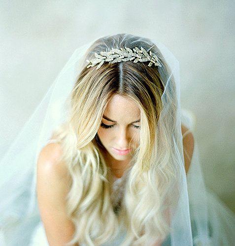 La Mariée en Colère - Galerie d'inspiration coiffure mariée, bride, mariage, wedding, hair, hairstyle, braid, updo, chignon, tresse, couronne fleurs, headband