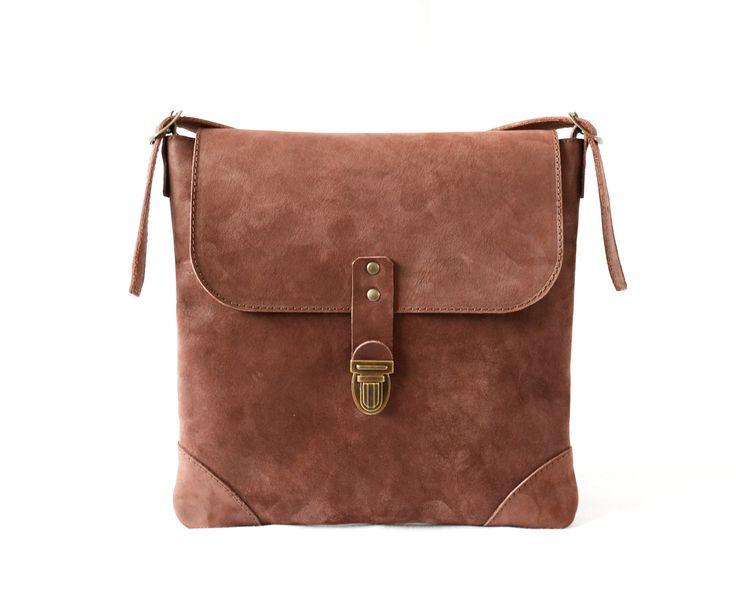 dubová mošnička malou kabelku ocení každá žena, která nerada nosí velké kabelky, když není potřeba. Lehká, praktická, s nastavitelným popruhem. Uvnitř kabelky dvě kapsičky (jedna na mobil, druhá na malé drobnosti) výběr z mnoha barev a barevných komponentů materiál: hovězinová useň - třísločiněná (valchovaná) rozměry: 25 x 27 cm délka popruhu: 140 cm