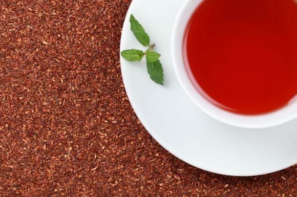 南アフリカ原産のお茶「ルイボスティー」。ノンカフェインなので妊婦さんでも安心して飲用でき、マグネシウムを多く含むため便秘の解消に効果があるといいます。 さらに高い抗酸化作用もあるため、アレルギー症状の緩和にもなるといいます。妊娠中は薬を飲