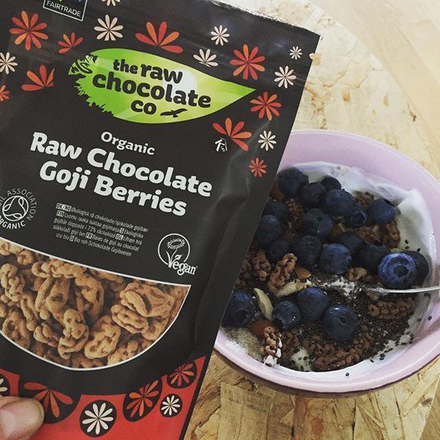 Raw chokolade goji berries på min morgenmad😋👌🏼 #iloveit #breakfast #skyr #blåbær #mandler #chiafrø #gojibær #rawchocolate #fairtrade #torsdagerigang #odense #april #dk #2017