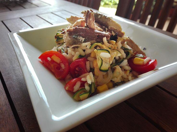 Fresca, saporita, completa e salutare l' Insalata di riso con sgombro e cipollotti si farà amare! Provatela e in estate diventerà il vostro piatto preferito