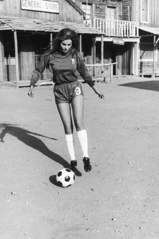 19 vintage photos of celebrities behind-the-scenes on movie sets: Raquel Welch