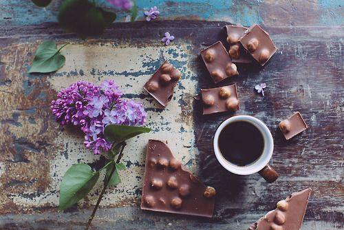 pictureperfectforyou:  Кофе с шоколадом и сирень (дверь ingwervanille)