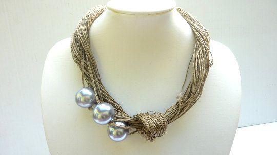 Collier en fil de lin avec grosses perles en céramique  Lun dun collier Macramé aimable pour une femme qui veut regarder spécial.  Fait de fil de lin avec détail de noeud et de trois grosses perles en céramique.    Longueur du collier: environ 50cm (19,6 in)     Lin est une fibre cellulosique brillante et solide, dérivée de la tige de la plante de lin. Il a été un matériau noble depuis des millénaires, parfois utilisé comme monnaie dans l'Egypte ancienne. Fil de lin est filée à partir les…