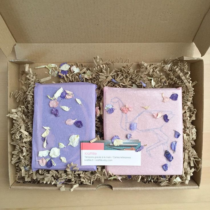 Et ces tampons en gomme sont partis pour Montréal bien protégés dans leur boîte et enveloppés de pétales de fleurs... 👉🏻And those rubber stamps left for Montreal safely packaged in their kraft box and strewn with flower petals